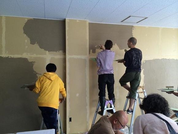 ボランティアで珪藻土を塗っているところ